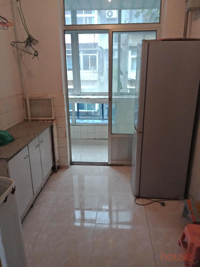 烟台山医院附近利通街二室一厅3楼出租1200家具家电齐全拎包入住。
