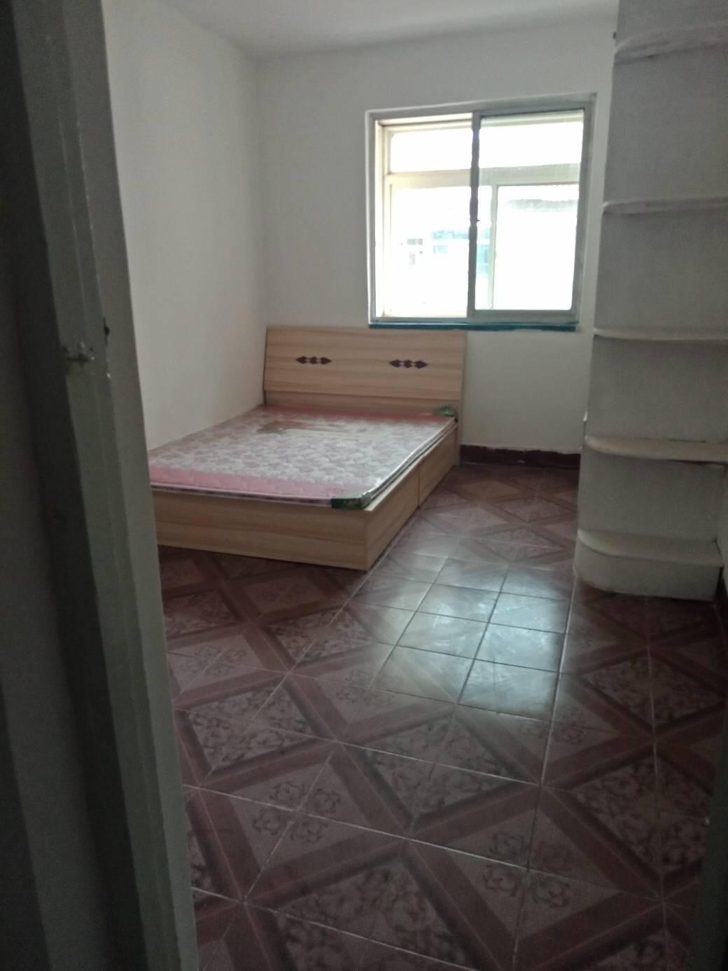 华茂小区三室一厅出租1500